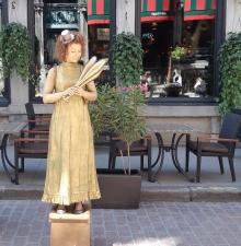 La déesse dorée, Statue vivante jongleuse. (213)